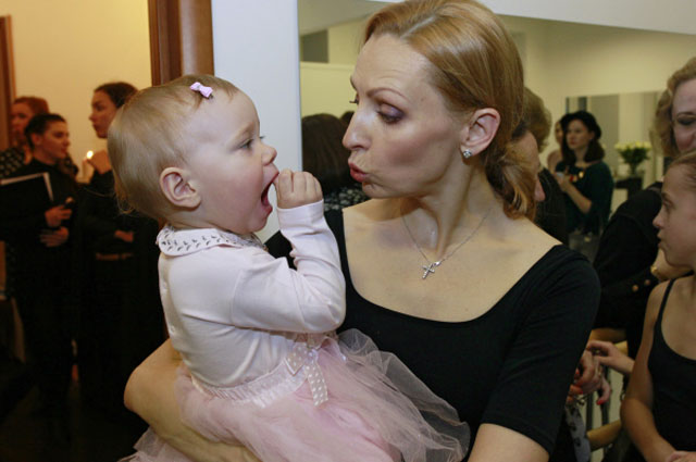 Илзе Лиепа с дочерью Надей на открытии своей камерной студии балета, 2011 год