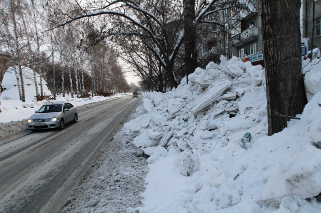 Снег сваливают на обояины, и постепенно дороги сужаются