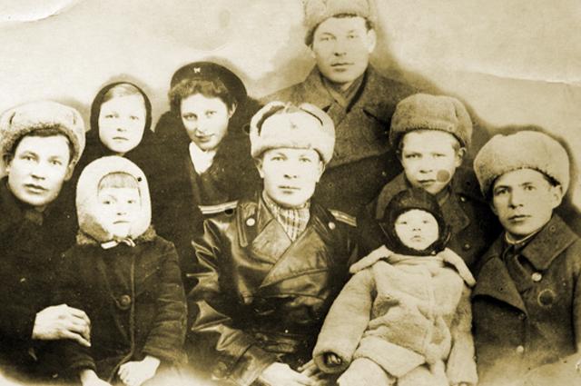 Семён Коновалов (в центре) после войны в окружении близких родственников из деревни Ямбулатово