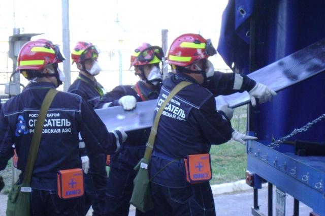 Спасатели разворачивают аварийный водовод для подачи воды с целью охлаждения реакторных установок.