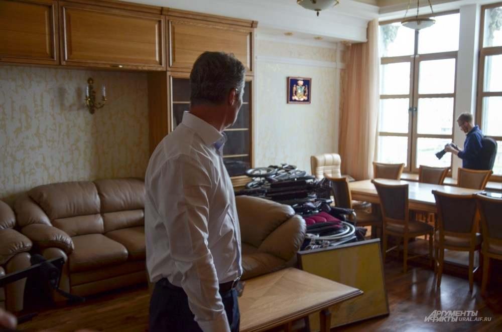 Евгений Ройзман в последний раз осматривает свой кабинет перед сбором личных вещей.