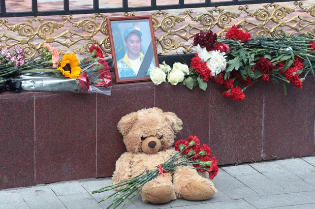 Цветы и мягкие игрушки у посольства Республики Казахстан в память об убитом фигуристе Денисе Тене.