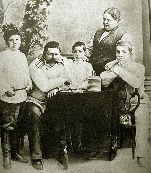 Семья Дягилевых: Сергей Дягилев (справа), Елена Валериановна Панаева вторая жена отца, заменившая Сергею мать, брат Юрий (в центре), отец Павел Павлович и Валентин Дягилев. 1885 год