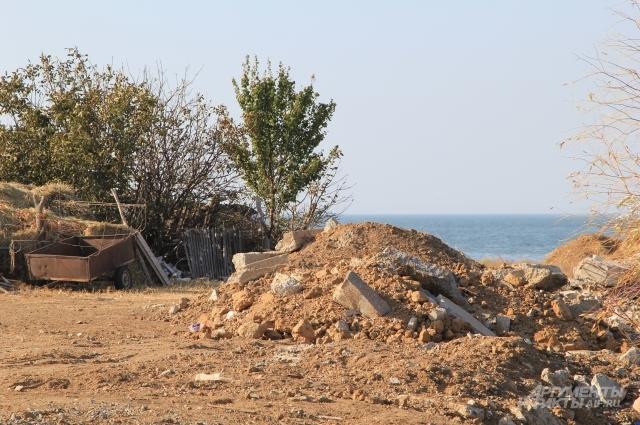 Этот дом от воды спас строительный хлам, который завезли на берег по указанию бывшего главы.