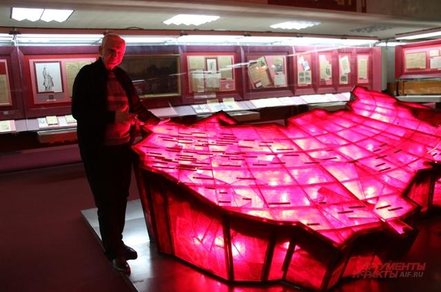 карта России из рубинового стекла с подсветкой «Триумфальное шествие советской власти.