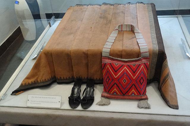 Вещи Ганди, в которые она была одета в день убийства.