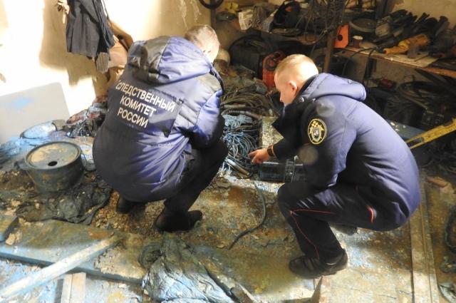 Следователи и эксперты изучили место пожара.