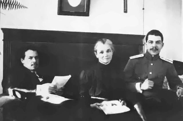 Братья Николай (слева) и Сергей Вавиловы с матерью, Александрой Михайловной, 1915 год.