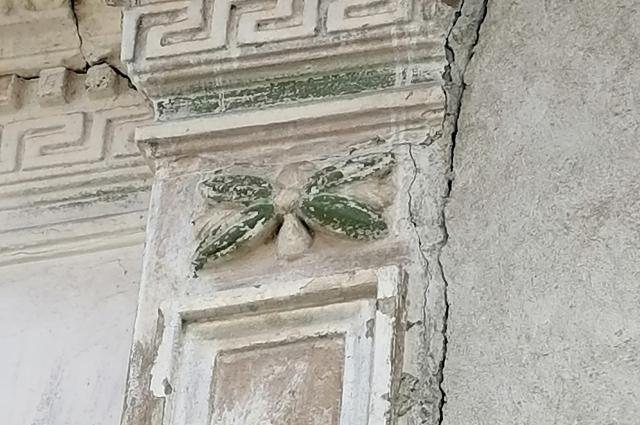 На улице Яицкой сохранился дом, на фасаде которого есть изображение пчелы.