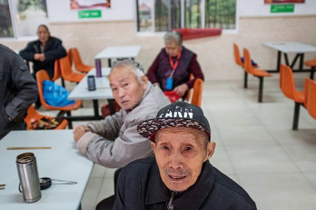 Пожилые люди в столовой государственного дома престарелых в городе Хуфу в провинции Цзянсу в Китае.