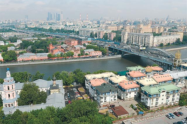 Жители опасаются, что такие домики потеснят скворечники у Москвы-реки.