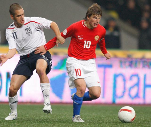 Джо Коул (Англия) и Андрей Аршавин (Россия) (слева направо) во время футбольного матча между сборными России и Англии, который закончился со счётом 2:1. 2007 год
