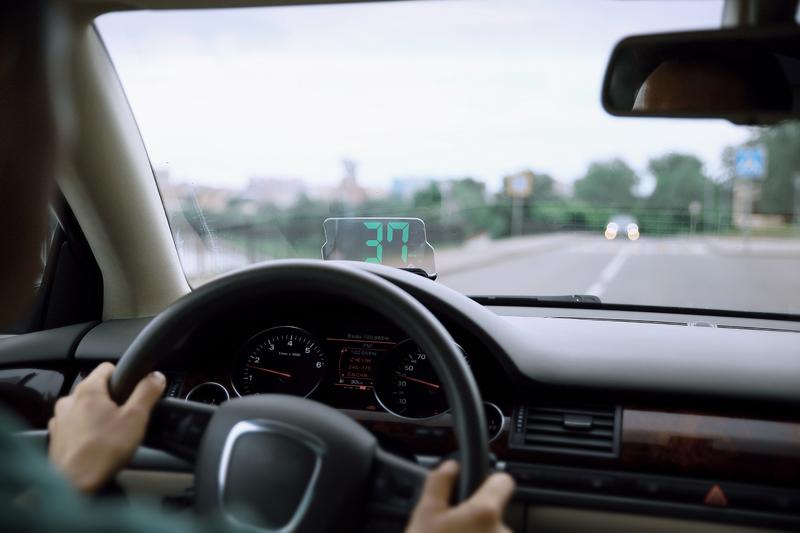 Информация появляется прямо на лобовом стекле — и водителю не надо держать телефон в руке или отводить взгляд от дороги.