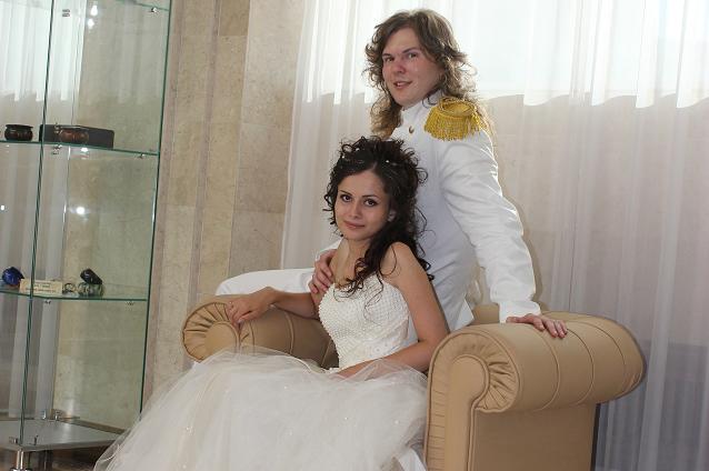 Свадебный костюм Сергея - как у принца из диснеевской сказки - поразил даже регистратора свадьбы.