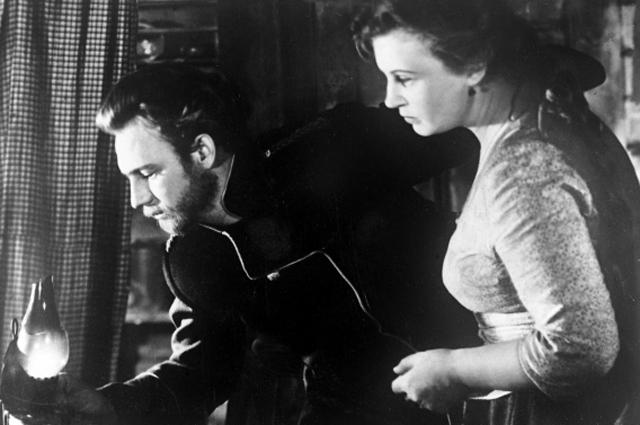 Николай Рыбников вроли почтальона, актриса Алла Ларионова вроли жены дьячка Савелия. Кадр изхудожественного фильма «Ведьма».