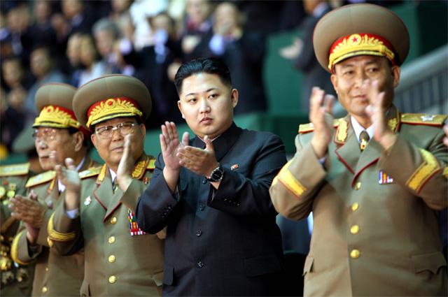 Ким Чен Ын (третий слева)