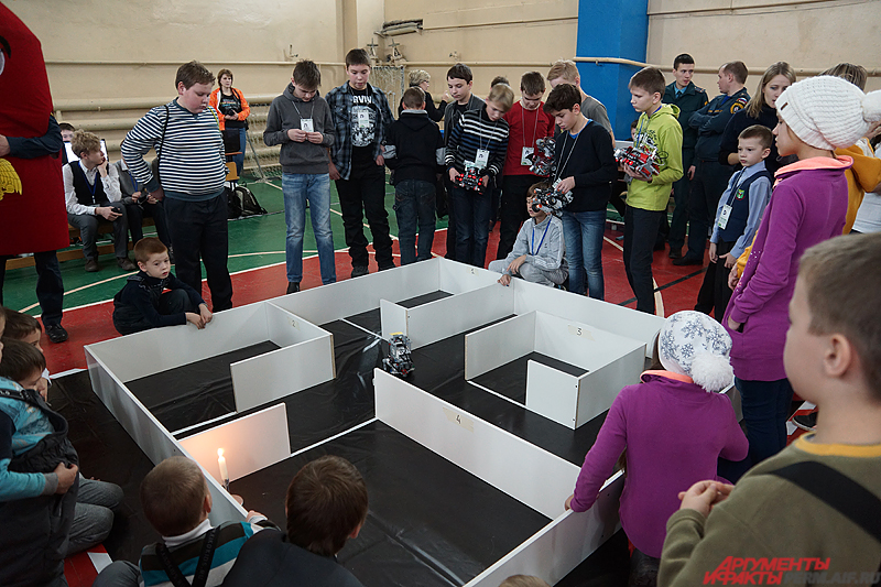 Основная часть соревнований проходили на полигоне, представляющий собой лабиринт, в центре зала.
