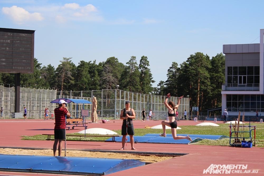 В прыжках в длину соревновались многие спортсмены.