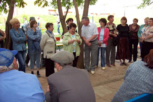 Собрание жильцов дома во дворе