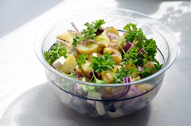 Картофельный салат можно подавать на гарнир.