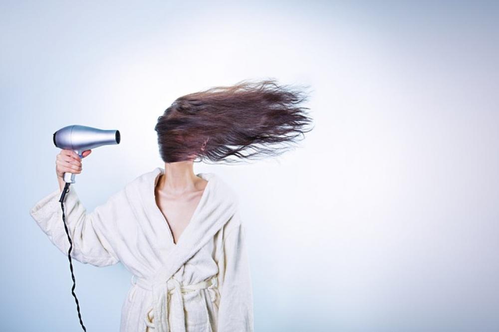 Специалисты рекомендуют сушить волосы с использованием термозащитных  средств.