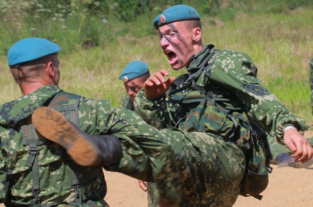 Хоть ВДВ и вооружены боевой техникой с пушками серьёзных калибров, без приёмов рукопашного боя десантнику не обойтись.