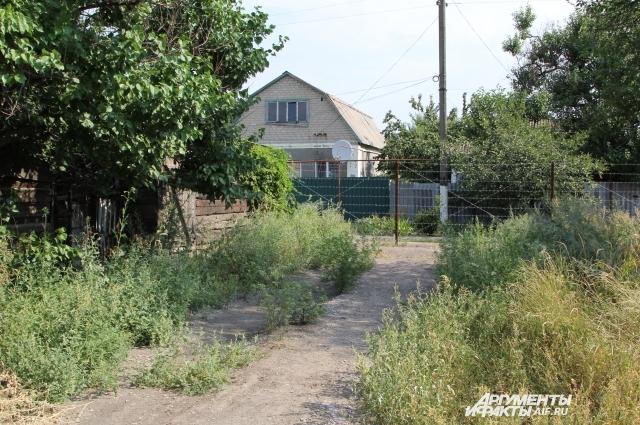 Рядом находятся украинские домовладения.