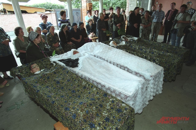Похороны матери Залины и ее 4 детей.