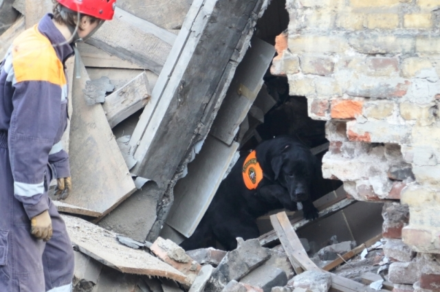 Страшное аварийное здание нужно как можно скорее убрать с глаз долой.