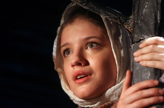 Анна Чиповская (Олеся) в сцене из премьерного спектакля Московского театра-студии под управлением Олега Табакова