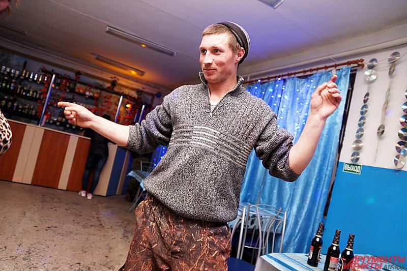 В основном в Дуброво баре играет популярная российская музыка