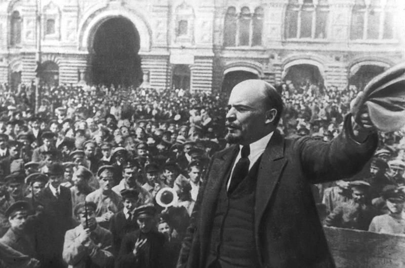 Владимир Ленин выступает перед собравшимися на Красной площади, 1917 год
