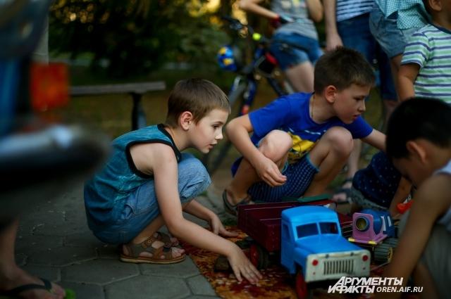 Современные дети с удовольствием играют в игрушки своих родителей.