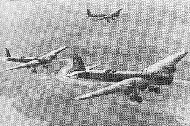 Советские летчики на ТБ-3 в Китае.