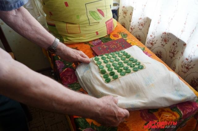Участник Отечественной войны спит на подушке с молотым стеклом и аппликаторах с иголками