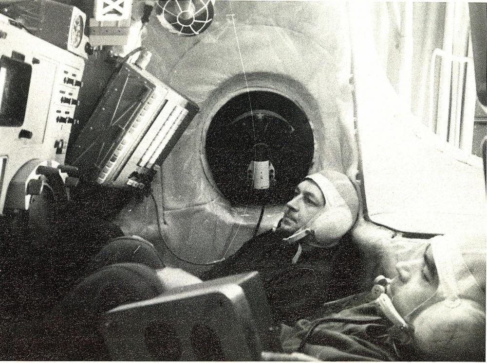 В.Севастьянов и А.Николаев в тренировочной кабине космического корабля. Архивы Красноуральска.