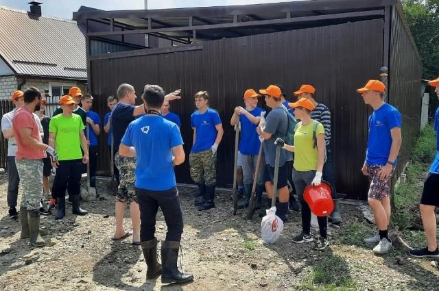 Влонтеры помогают местным жителям в Туапсинском районе.