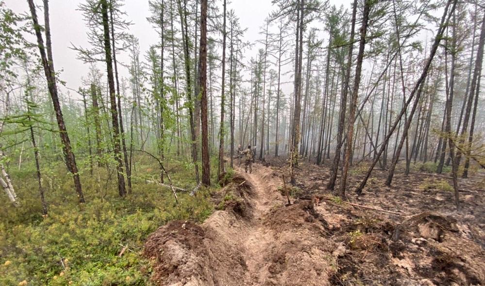 Из-за труднодоступности территорий львиная доля работ по тушению пожаров в Якутии ведется вручную.