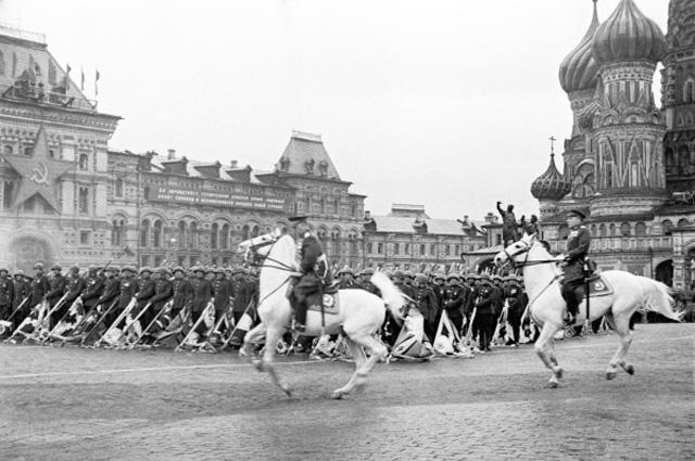Маршал Советского Союза Константин Рокоссовский командует Парадом Победы 1945 года