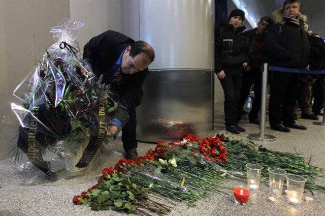 Венок в зале прилёта международного терминала аэропорта Домодедово в память о погибших при взрыве 24 января