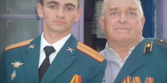 Саша не первый военный в семье. На снимке: лейтенант - внук и старший прапорщик - дед.