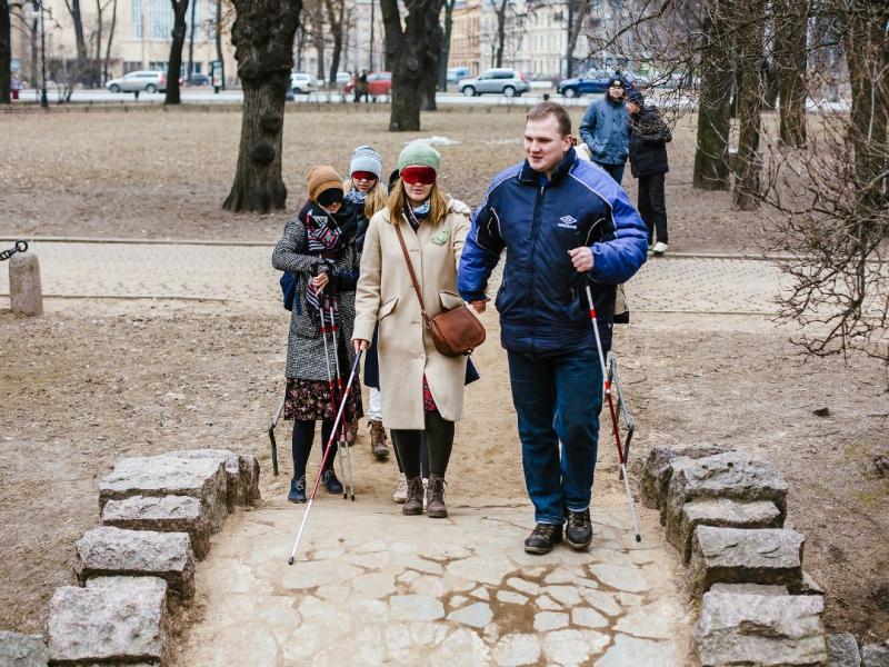 Незрячий петербуржец водит экскурсии по городу.