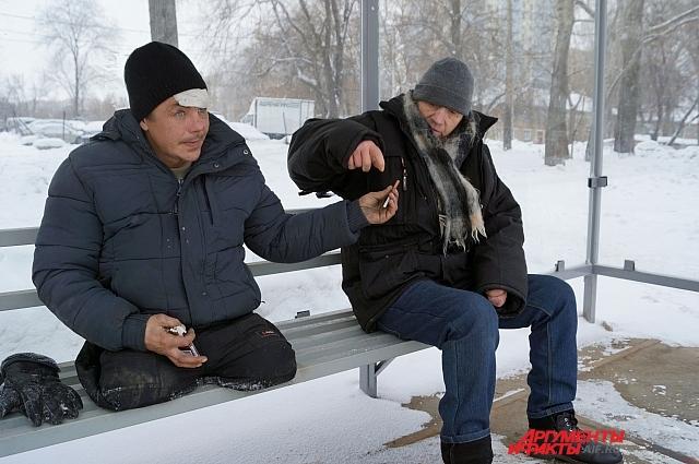 Андрей делится сигаретами с самарцем