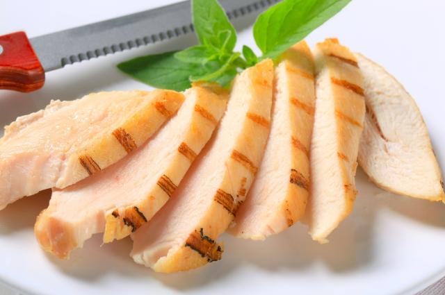 Обжаренные грудки выкладываем в форму для запекания и заливаем ягодным соусом.