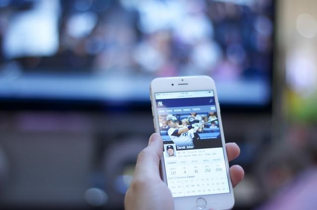Смартфоны не стали товарами первой необходимости, хотя для многих жизнь без них уже не будет полной.