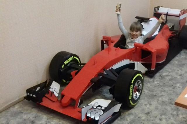 Даже 6-летняя дочка изобретателя помещается в машине с трудом. Фото: Из личного архива И. Похабова