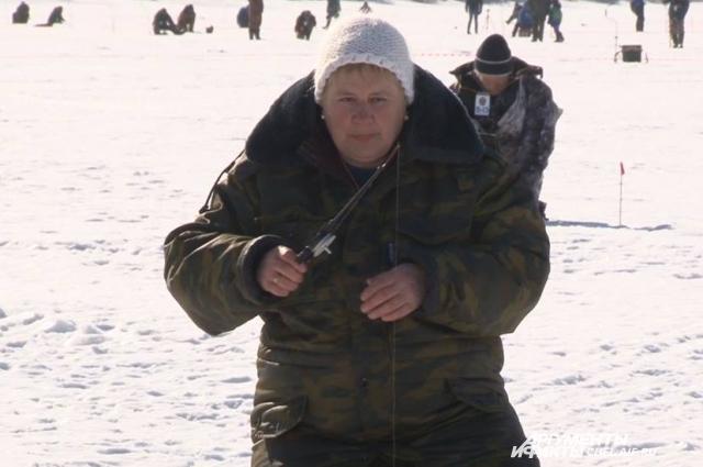 В зимней рыбалке участвовали и дамы.