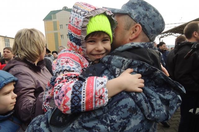Сто сотрудников полиции Красноярского края вернулись домой.