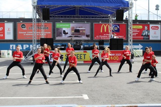 Участники фестиваля пели, танцевали и творили в разных видах искусства.
