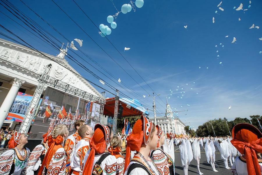 Зрители с замиранием сердца следили за тысячами шаров, взмывших в небо.